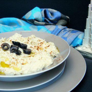 Hummus Bi Tahina (Middle Eastern Chickpeas Dip) - thespiceadventuress.com