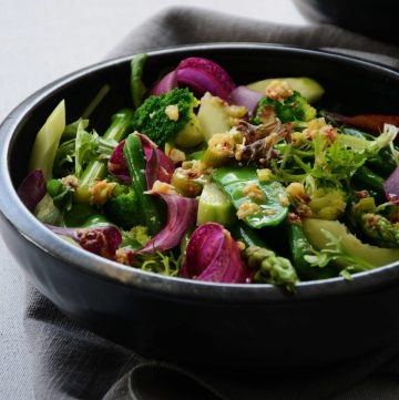 Spicy Green Salad - a hint of spice for tons of flavour - thespiceadventuress.com