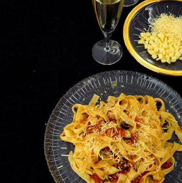 Warm Summer Pasta with tomatoes, olives and salami - thespiceadventuress.com