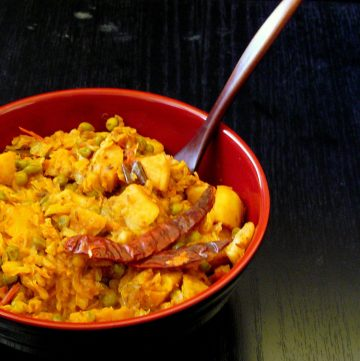 Bandhakopir Torkari (Bengali Cabbage, Potato and Peas Curry) - thespiceadventuress.com
