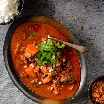 Massaman Curry - a sweet, spicy and highly aromatic curry from Thailand - thespiceadventuress.com