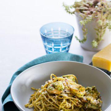 Spaghetti with prawns and pesto - thespiceadventuress.com